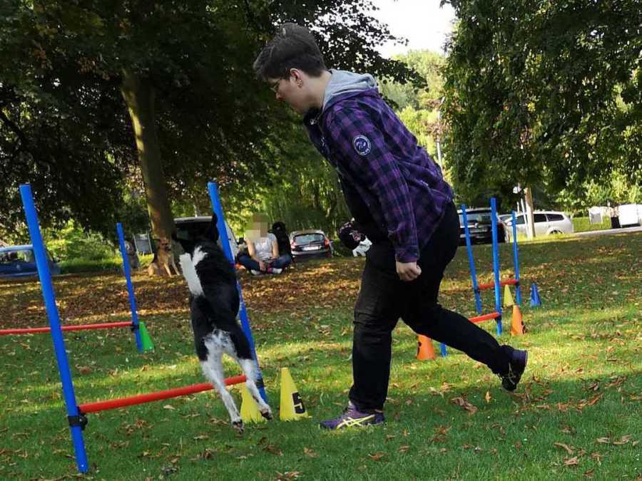 Trainer der Hundeschule Traum-Hunde beim Agility in Gladbeck am Wasserschloss Wittringen